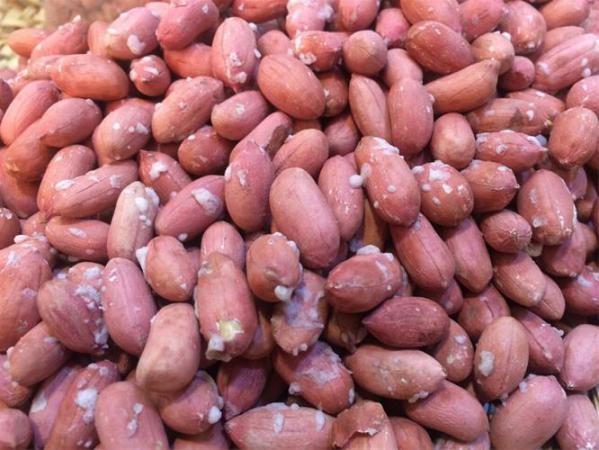 بيع الفول السوداني مع الجلد